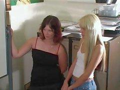 Oudere vrouw spanks twee tieners !