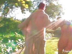 Charley Chase folla a Nick Manning junto a la piscina
