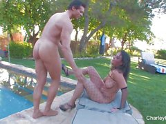 Charley Chase fode Nick Manning na piscina