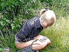Nuori amatööri blondi poikasen imee valtava karkea ulkona