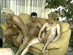 Grannies in orgie - 4 oude hoeren & 3 leuke jonge jongens neuken