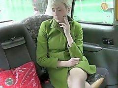 Chica sexy Amateur jodida por conducir falsa al asiento trasero