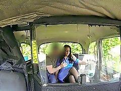 Кудрявый клиент медсестрой твердый петух поддельной водителя публично