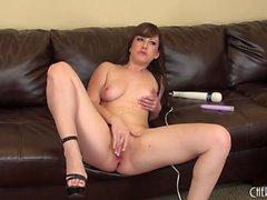 Sensual Jennifer White se abre de piernas largas atractivas y hace que ella misma cum