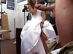Novia a sea peones ella del vestido de boda y clavada el hombre de empeño