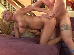 puta rubia sexy se masturba antes de tetas follando, chupando y gran verga puto