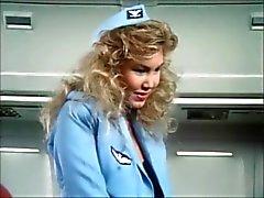 Stewardessen neuken en zuigen in ' Sky Vossen ' ( 1986 ) - deel 1