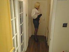 Candi sekreter tarzında, saten bluz ve pvc parlak etek