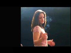 joven zorra Kinky ama de encender un cigarrillo antes de doblar