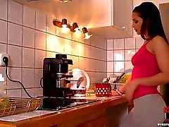 Eve Angel vingeren in de keuken