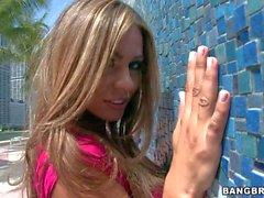 Gros seins de Latina Esperanza affiche son le rose