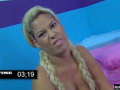 Bridgette B tiene un largo cabello rubio que le gusta poner en dos trenzas