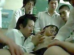 Drogué enseignant asiatiques utilisés par les étudiants