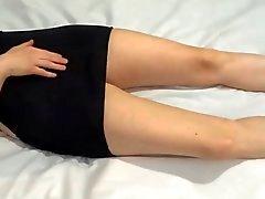 Aficionado en vestido negro y zapatos de tacón masturbating orgasmo