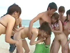Gangbang japonés en la playa