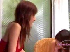 Verlegen Aziatisch meisje krijgt haar oksel likte tieten Kissed zittend op de leunstoel