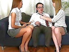 La muchacha está ofreciendo su concha para los profesores alegría lujuriosa