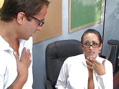 Кармелла Бинга преподает ее студент пару вещей