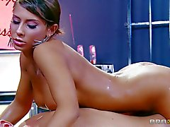Huilé busty babe Madison lierre donne le massage en sa peau nue