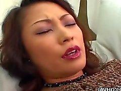 Rondborstige Marie Sugimoto vibrator en vingerzetting genoegens !