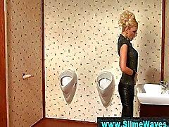 Classy blonde meisje krijgt wam met gloryhole