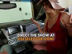 Cocky MILF Aaliyah Love fa un pompino in auto