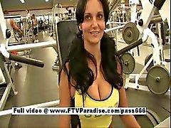 Прекрасный фотографий грудастая брюнетка девочка мигает в спортзале