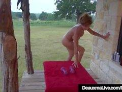 Big Boobed matura Deauxma funziona tutto nudo sul portico di fronte!