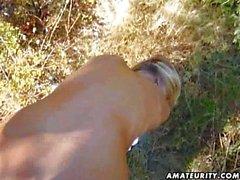 Blond baise amateurs de petite amie dans le bois