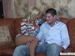 Horny Blonde Mom Holly Halston fode um jovem Stud
