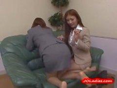 2 Office Ladies Selkäsauna Toisilleen Imee Nännit Pussies hankaamisellaan Fingered Guy sohvalla