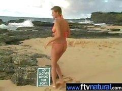 CArli Banks nue sur la plage