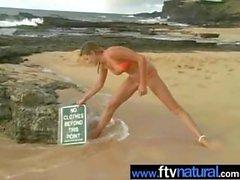 Carli Banks di nudo sulla spiaggia