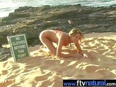 Carli Banks nu na praia