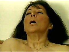 Onbevredigend kriebel - staart met een kant en klaar flens krijgt haar gebaarde groep een dildo