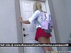 Twee fantastische schoolmeisjes gaan naar de docenten kantoor