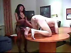 Zwarte Meisje Maakt White Boy Her Bitch