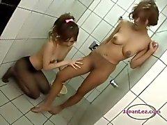 2 Asian Girls In Sukkahousut silittäminen nuoleminen ja hankausta jalatsuihku