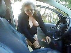 Зрелая женщина трахает мальчик в своей машине