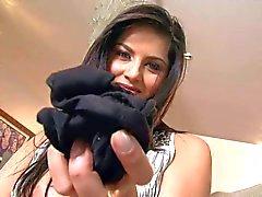Grandes tetas brunette Sunny Leone abre de piernas