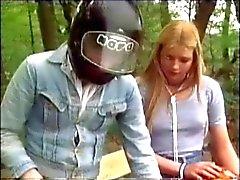 vintage Russisch meisje geneukt in het bos