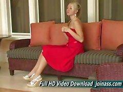 Alison Angel in einem sexy roten Kleid verhält sich wie ein Mode Model