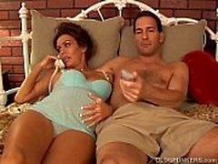 Jolies mature brunette enceintes aime le goût du sperme