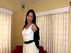 Mulher japonesa magro e alto com confiança despoja Subs nuas