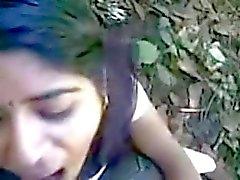 desi Indiase meisje verbazingwekkende zuigen en eten cum