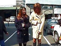 Twee wilde Aziatische meisjes lopen naakt in het openbaar