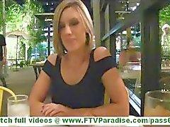 Anne het blondin milf med stora tuttar blinkande röv och blinkande bröst och smeka fitta i offentliga