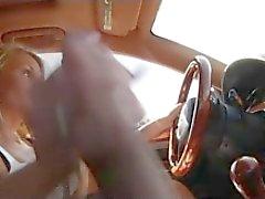 MILF bietet Handarbeit beim Fahren