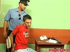 Polícia Roberts bangs hot twink Ian em uma mesa de escritório