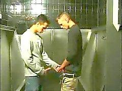 sexo gay no banheiro publico